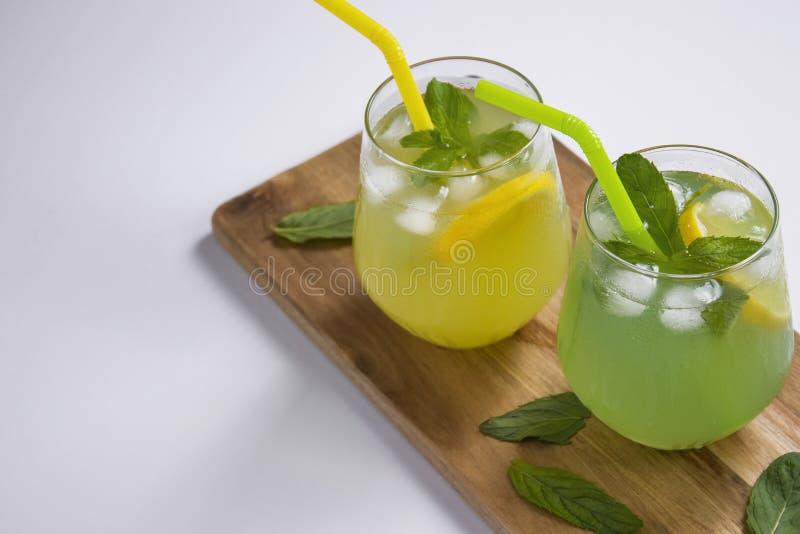 夏天喝与冰和薄菏的柠檬水mojito在被隔绝的背景 免版税库存图片