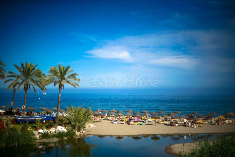 夏天在地中海的海滩和海视图在马尔韦利亚 图库摄影