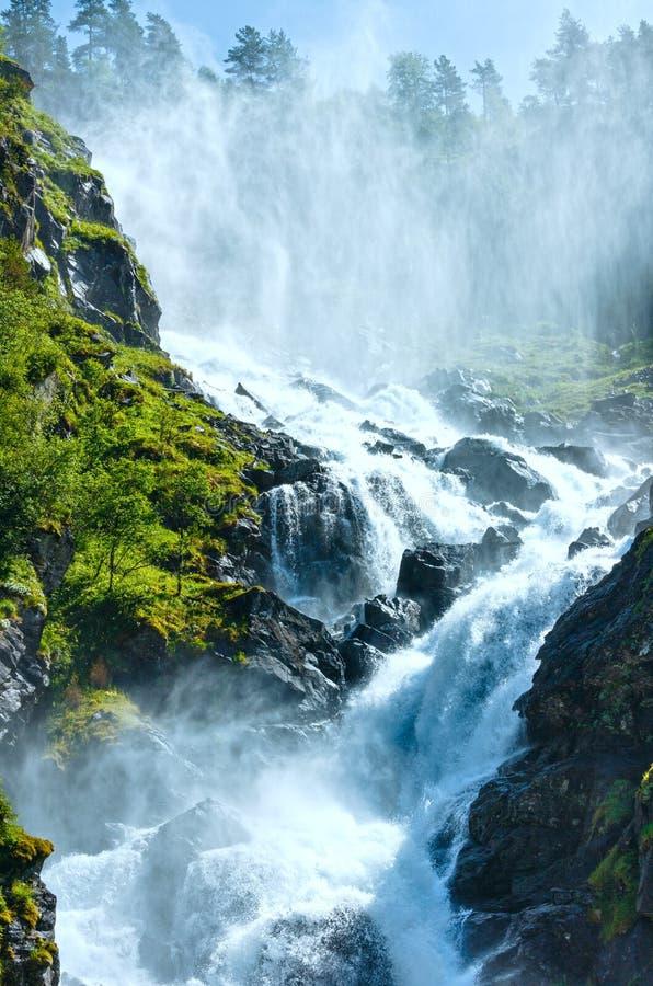 夏天在山坡的Latefossen瀑布(亦不 库存图片
