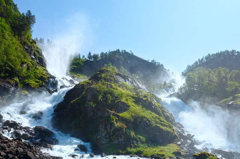 夏天在山坡(挪威)的Latefossen瀑布 免版税库存照片