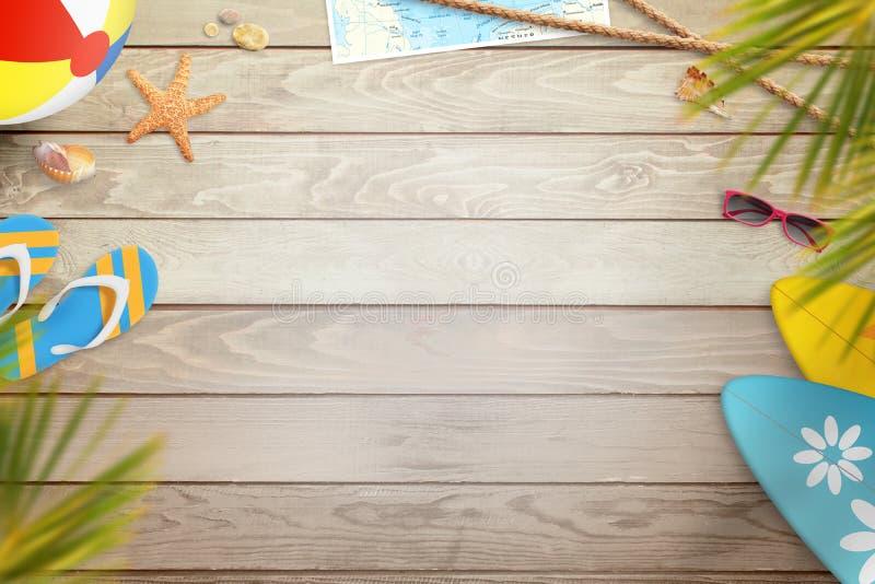 夏天在木书桌上的海滩项目 与自由空间的顶视图文本的 库存照片