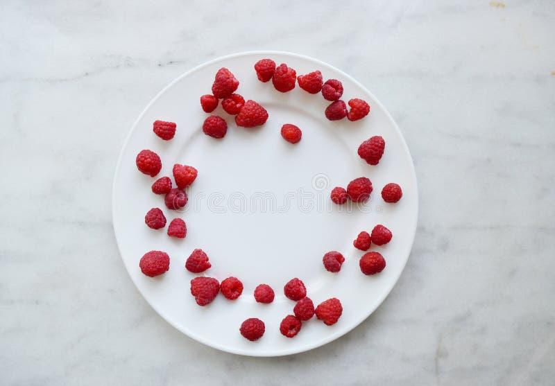 夏天在桌上的莓静物画 免版税库存图片