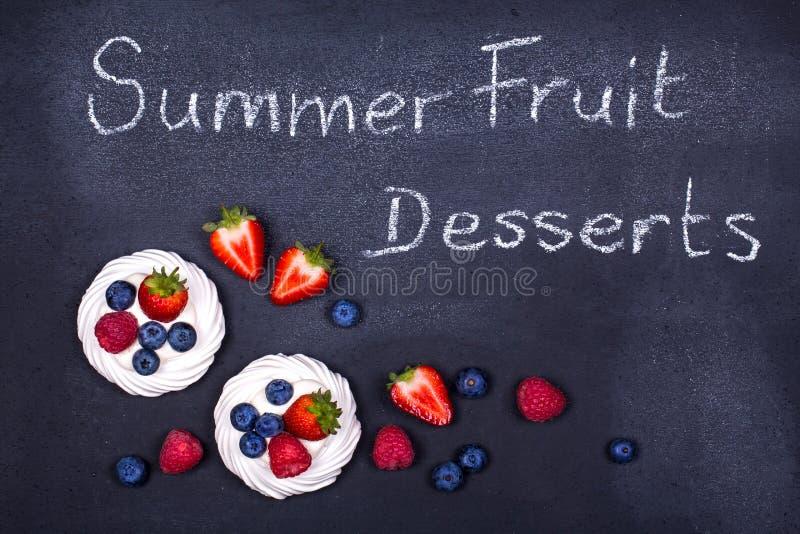 夏天在黑板的果子点心 免版税库存照片
