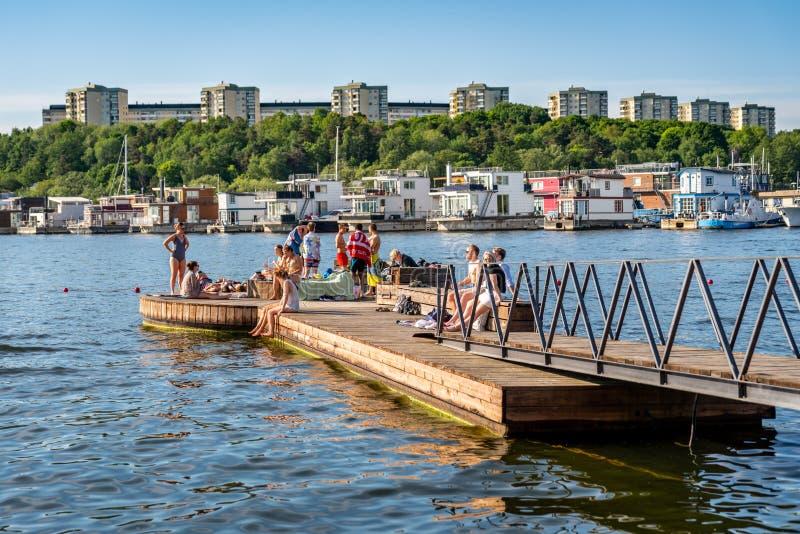 夏天城市,放松的人们沐浴和 免版税库存图片