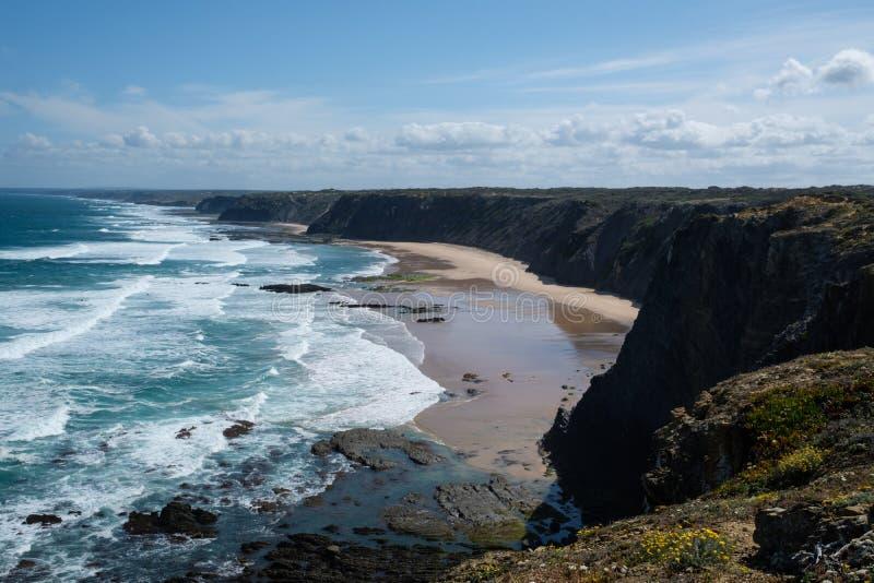 夏天大西洋岩石海岸线风景在阿尔加威, Portug 免版税库存图片