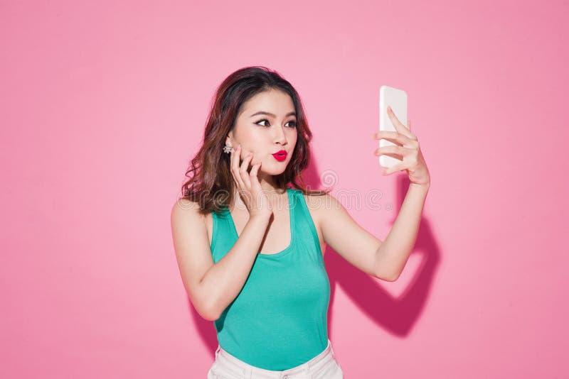 夏天夫人 有专业构成和时髦的发型的美丽的亚裔女孩 免版税库存照片