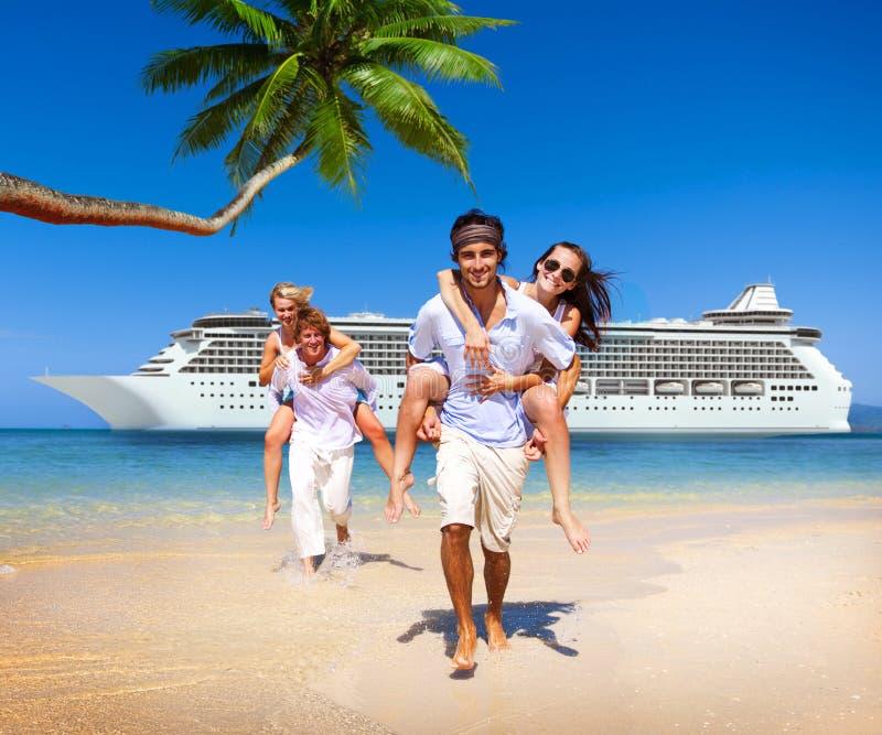 夏天夫妇海岛海滩游轮概念 库存图片