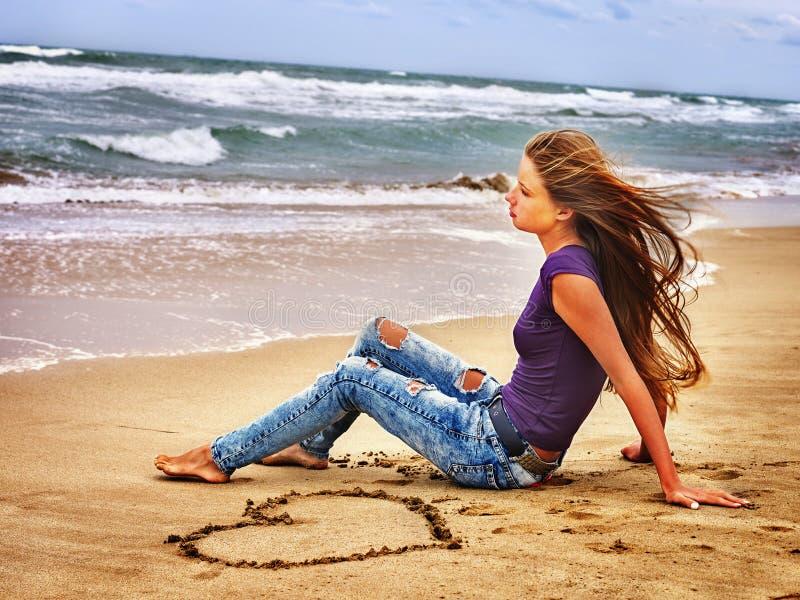夏天女孩在水的海神色 库存图片