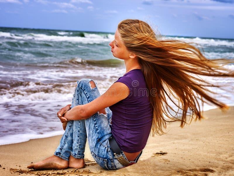 夏天女孩在水的海神色 免版税库存照片