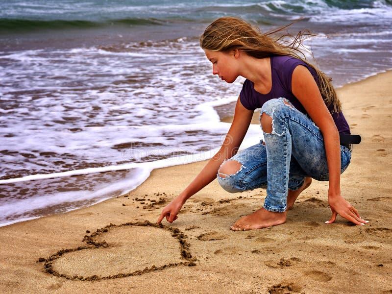 夏天女孩在水的海神色 库存照片