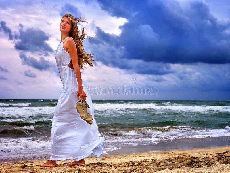 夏天女孩在水的海神色 免版税库存图片