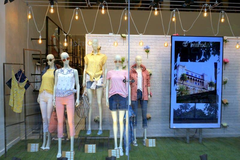 夏天妇女的时装下家零售店的 免版税库存照片
