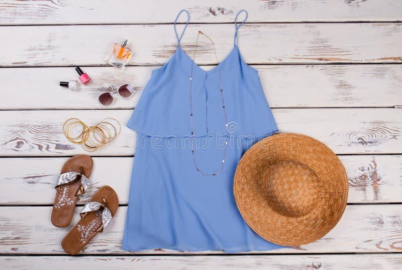 夏天妇女衣物,木背景 免版税库存照片