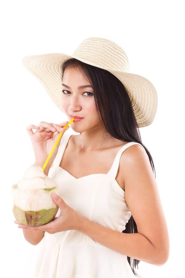 夏天妇女饮用的椰子汁 库存图片