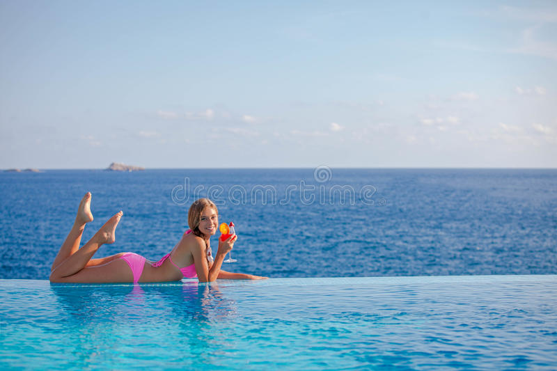 夏天妇女饮用的鸡尾酒在马略卡 免版税库存图片