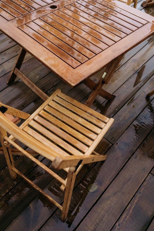 夏天室外休闲桌椅子木协定 库存图片