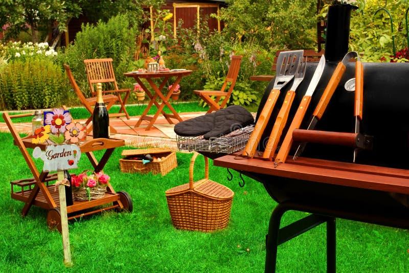 夏天室外后院BBQ格栅党或野餐场面 库存图片