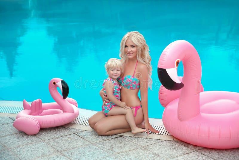 夏天家庭度假 时尚看起来白肤金发的女孩画象 胡子 免版税图库摄影
