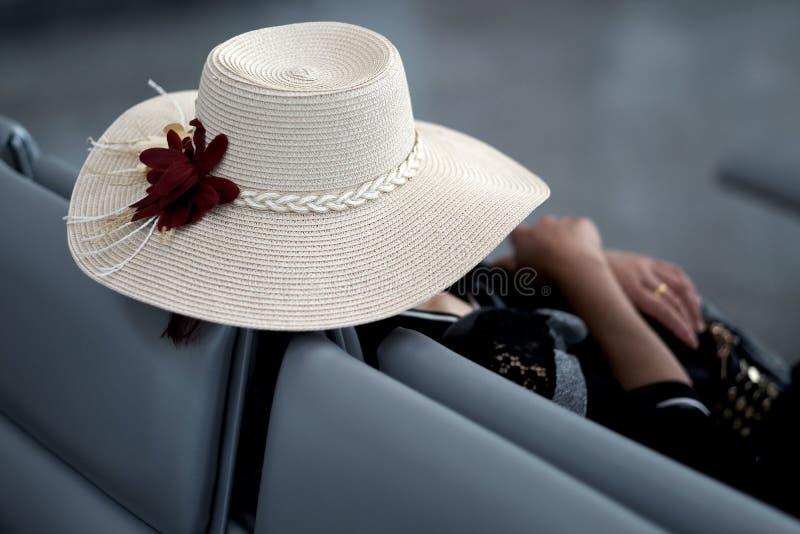 夏天宽充满的帽子的一名妇女 库存图片