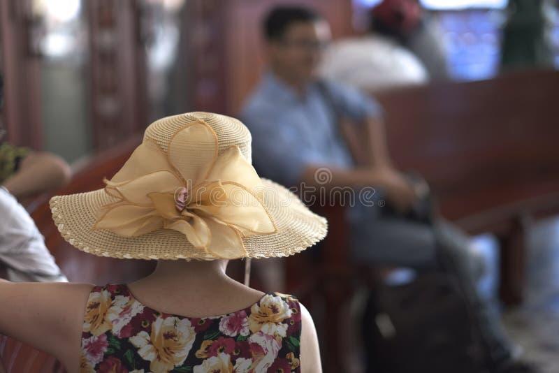夏天宽充满的帽子的一名妇女 免版税库存照片