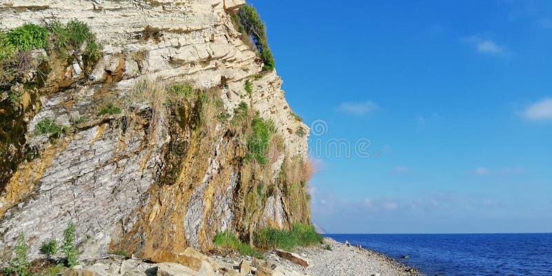 夏天山和海风景反对蓝色无云的天空 ?? 免版税图库摄影