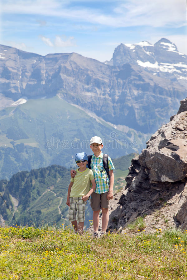 夏天山的两个年轻男孩 库存图片