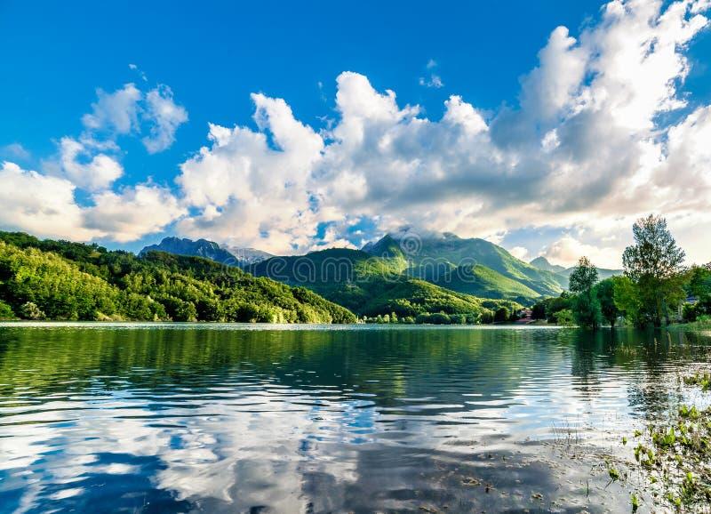 夏天山的在蓝天的湖风景在日落前 免版税库存照片
