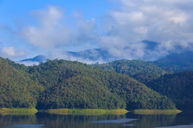 夏天山` s在蓝天的湖风景 免版税图库摄影
