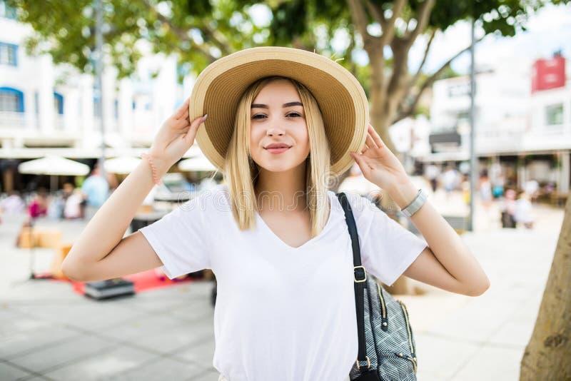 夏天帽子的年轻brauty妇女在街道上 免版税库存图片