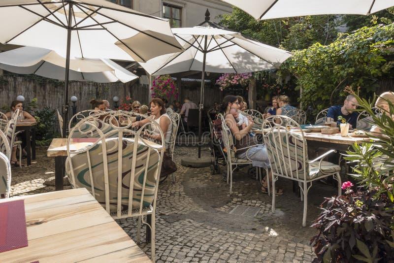 夏天庭院在餐馆 免版税库存图片