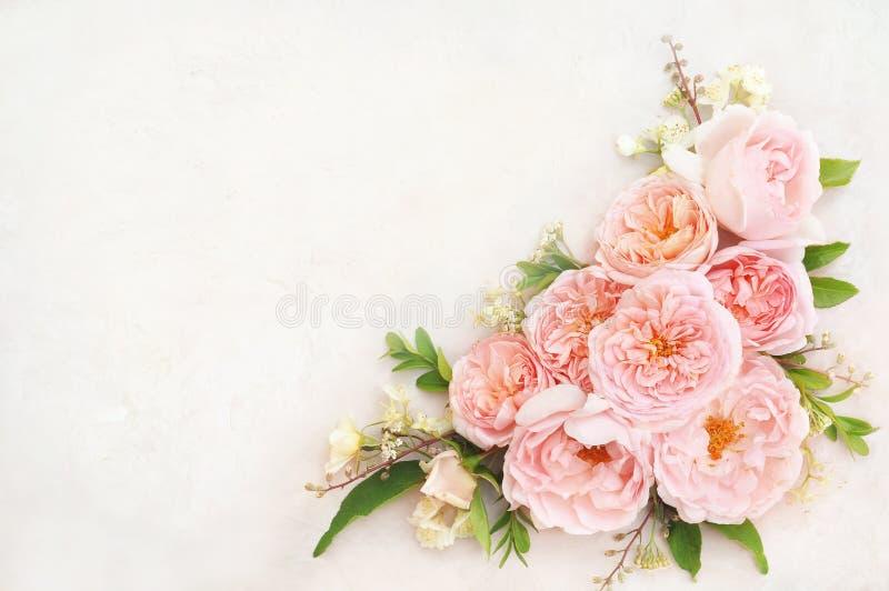 夏天开花的精美玫瑰色花欢乐背景,淡色和软的花束花卉卡片 免版税库存图片