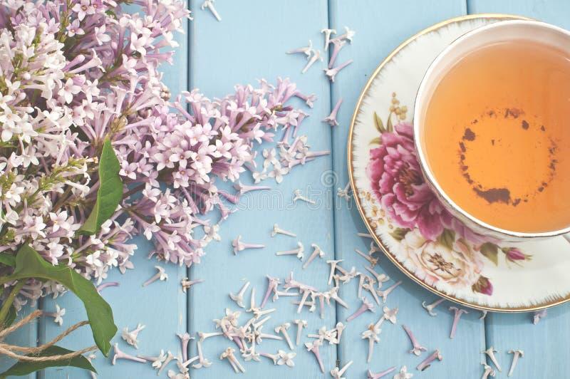 夏天开花的花束和一个杯子红茶 免版税库存照片