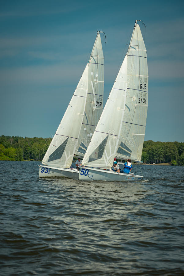 夏天心情:反对蓝天的白色风帆 免版税库存图片