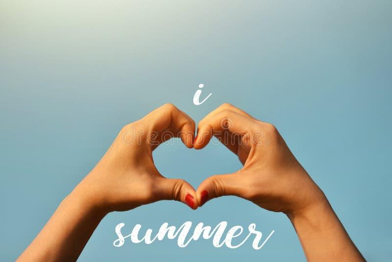 夏天恋人概念 举手的妇女入蓝天我 免版税库存照片