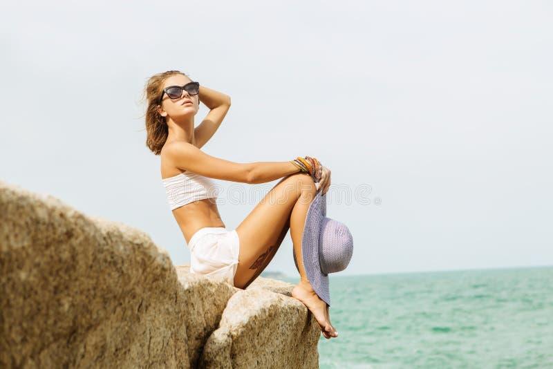 夏天成套装备的俏丽的夫人在海滩 免版税图库摄影
