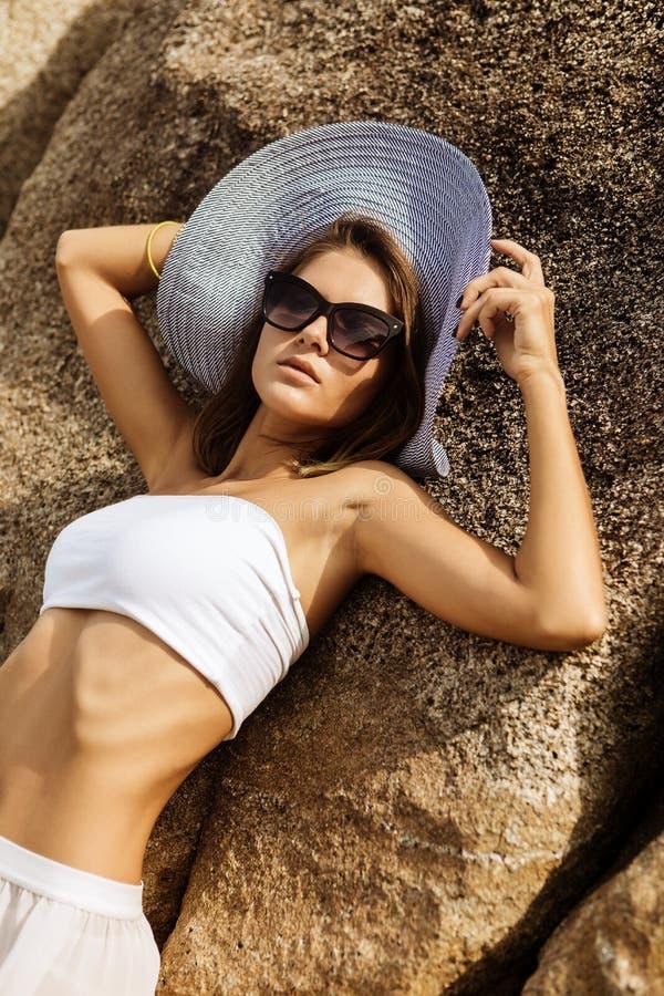 夏天成套装备的俏丽的夫人在海滩 免版税库存照片