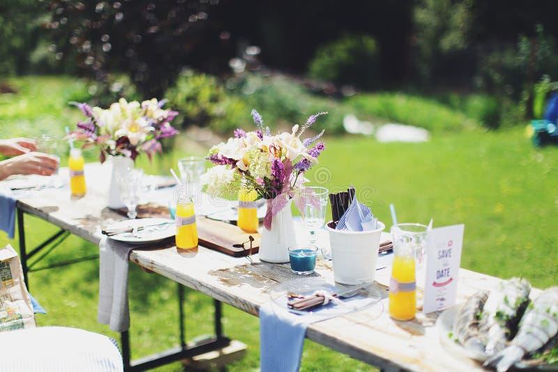 夏天户外家庭野餐 免版税图库摄影