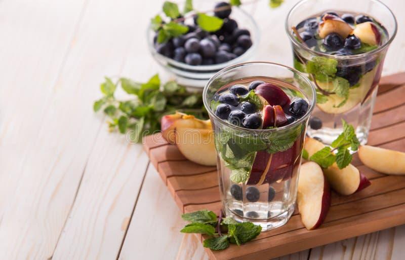 夏天新鲜水果饮料 水果味道的水混合用苹果, b 图库摄影