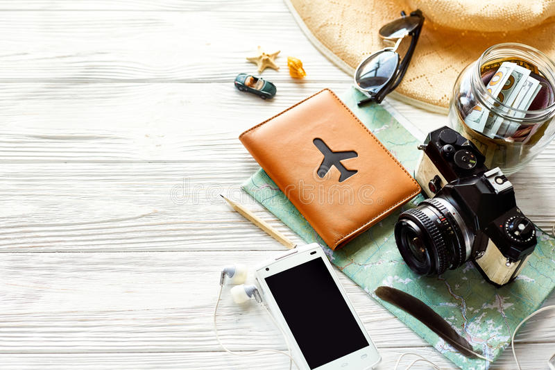 夏天旅行旅行癖概念,文本的空间 地图照相机太阳 免版税库存图片