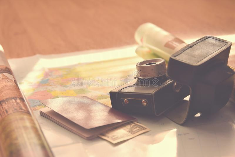 夏天旅行的美好的概念 映射与日落和辅助部件假期计划的 库存照片