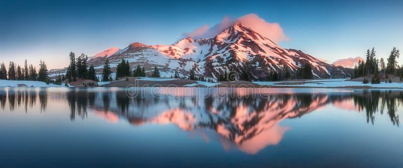 夏天日出南姐妹山在弯附近的俄勒冈中部在绿色湖被反射 在小瀑布范围的山 免版税库存图片