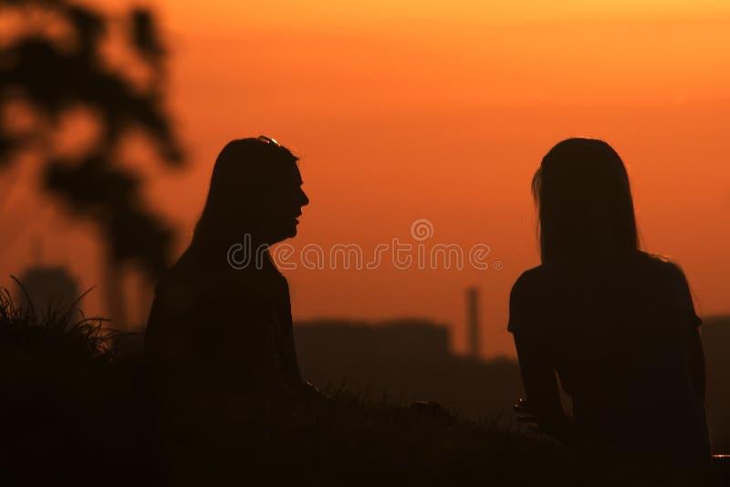 夏天日落的姐妹 免版税库存图片