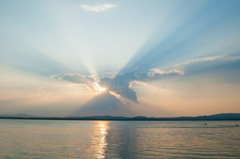 夏天日落风景-日落夏天光点燃的海水 海夏天自然风景 免版税库存图片