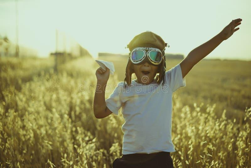 夏天日落,使用的男孩是飞机飞行员,滑稽的人与 库存图片