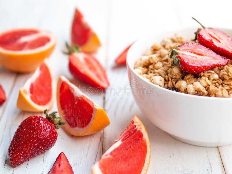 夏天早餐、燕麦粥粥用草莓和葡萄柚在碗-健康食品 库存图片