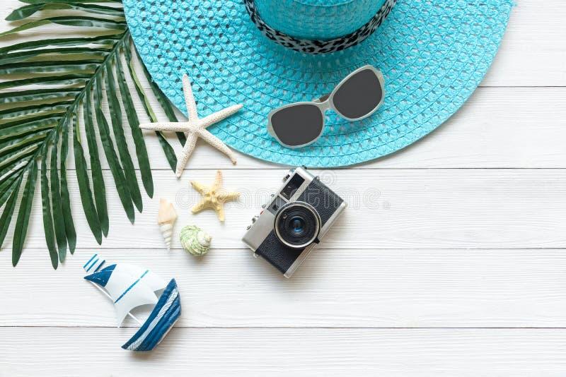 夏天时尚,照相机,海星, sunblock,太阳镜,帽子 旅行和假期在假日,木白色背景 免版税库存照片