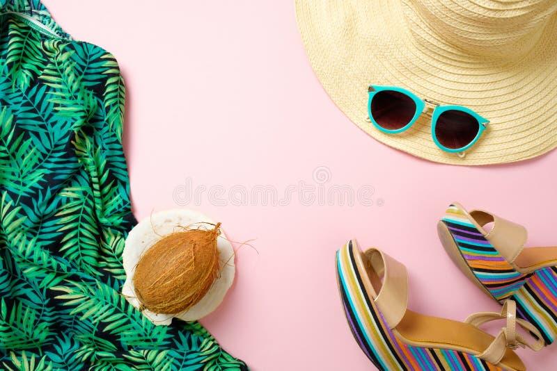 夏天时装和辅助部件在桃红色背景、顶视图在时髦女性材料和时髦的成套装备 r 库存照片