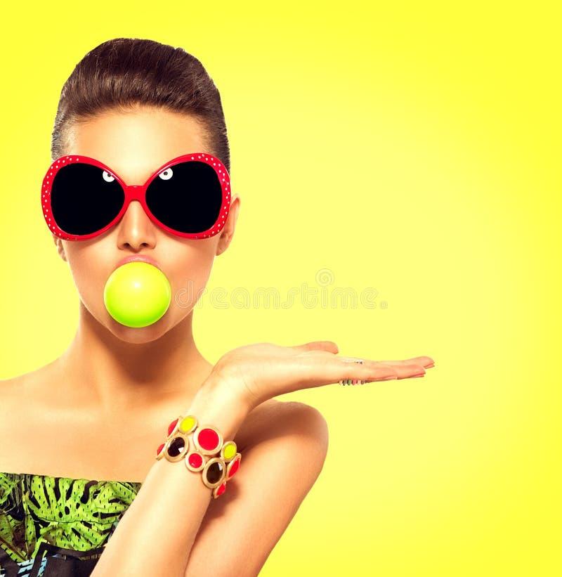 夏天时装模特儿女孩佩带的太阳镜 库存图片