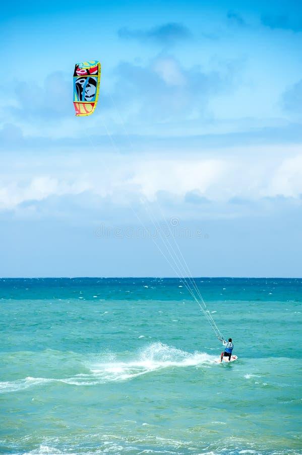 夏天极端体育 风筝运动员的海浪活动 免版税库存照片