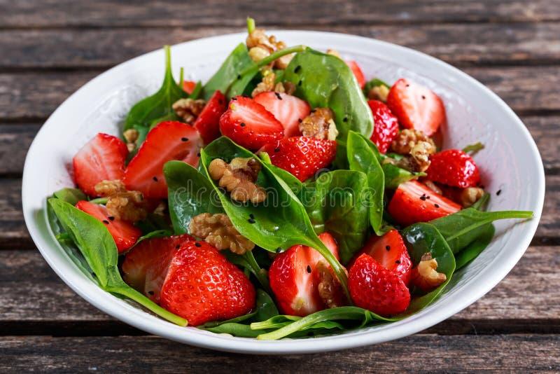 夏天果子素食主义者菠菜草莓坚果沙拉 概念健康食品 库存图片
